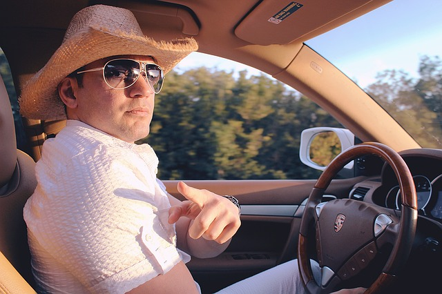 řidič v bílém se slamákem
