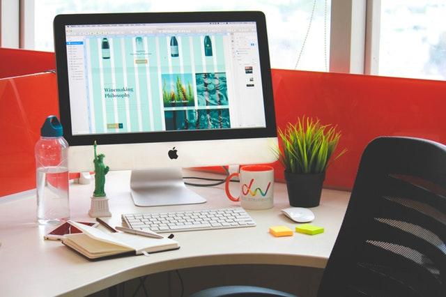 počítač s internetem na pracovním stole – připraven k práci